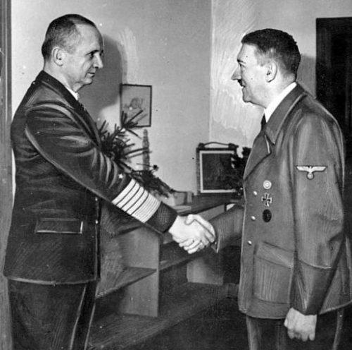 Дёниц на встрече с Гитлером в фюрербункере. 1945 г.