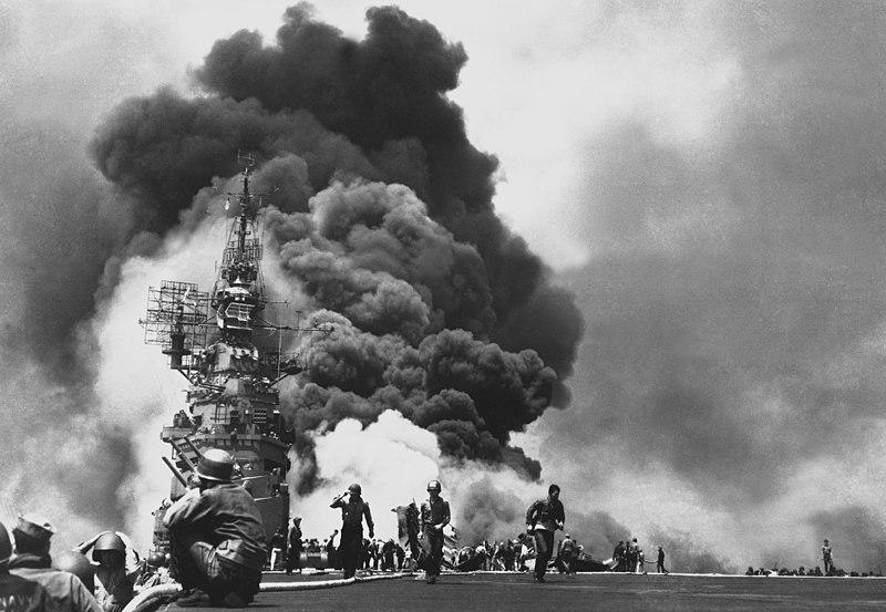 Пожар на авианосце «Банкер Хилл» после двух атак камикадзе, последовавших с интервалом в 30 секунд.