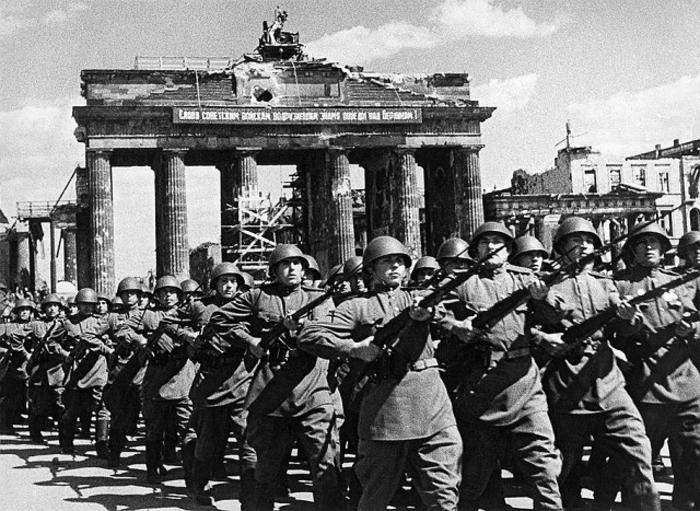 Советские войска проходят у Бранденбургских ворот.