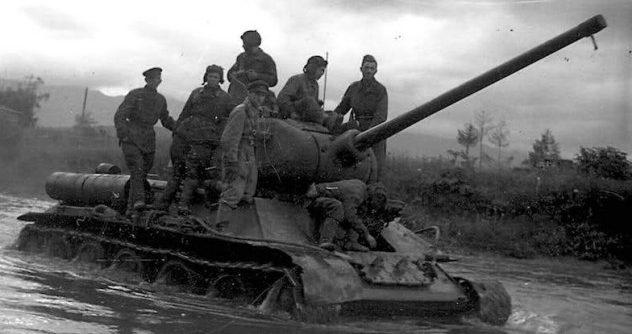 Солдаты 5-й армии 1-го Дальневосточного фронта переходят границу с Манчжурией. Август 1945 г