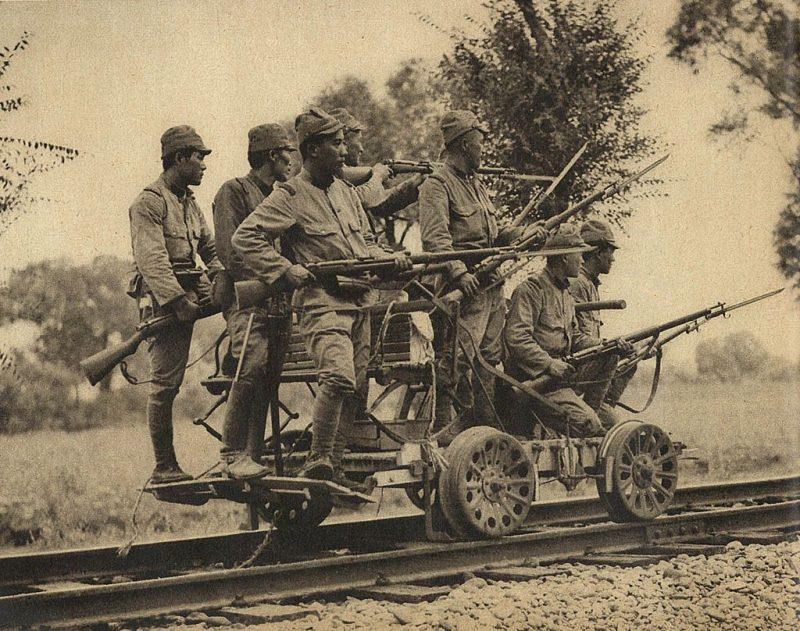 Японский патруль на железной дороге.