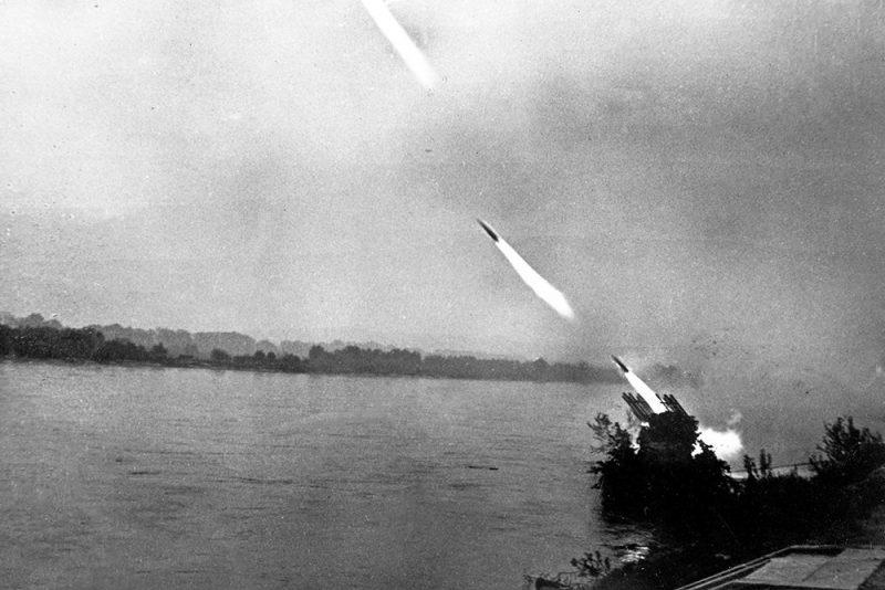 Катер Дунайской военной флотилии ведет огонь по городу.