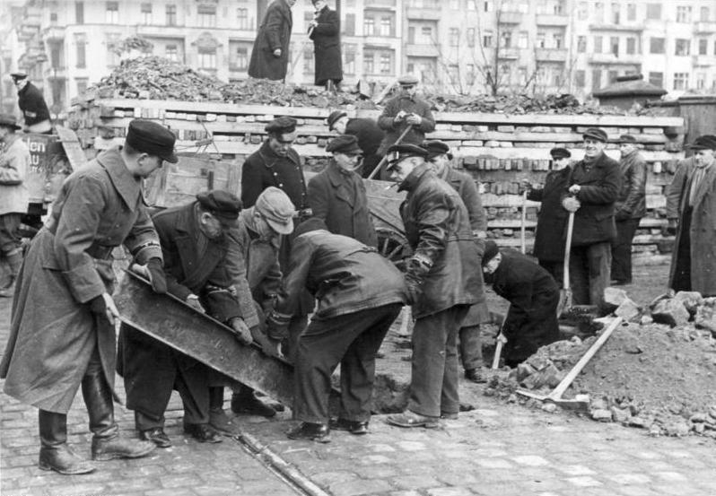 Солдаты фольксштурма возводят противотанковые заграждения.