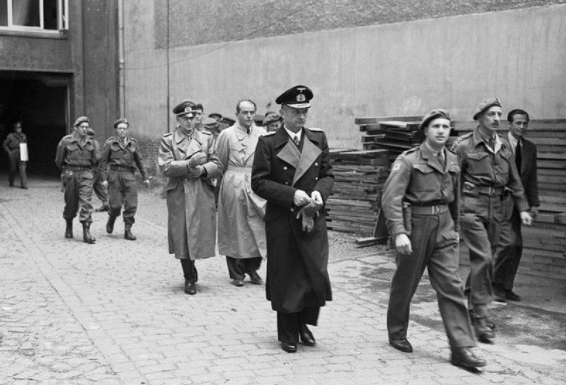 Три члена Фленсбургского правительства: Альфред Йодль, Альберт Шпеер и Карл Дёниц после их ареста союзниками.