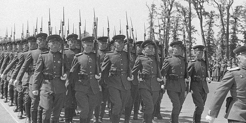 Воины ГСОВГ на параде Победы в Берлине, 8 мая 1946 года.