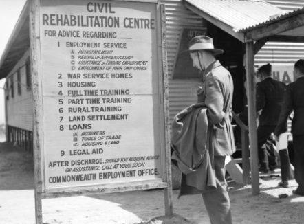 Сержант австралийской армии возле гражданского реабилитационного центра в Мельбурне. Март 1946 г.