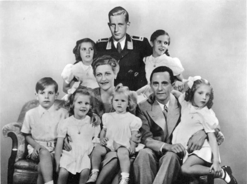 Групповое фото семьи Геббельсов. Изображение Харальда Квандта - сына Магды Геббельс от первого брака - добавлено на фотографию с помощью монтажа, во время съёмки он находился на военной службе. 1942 г.