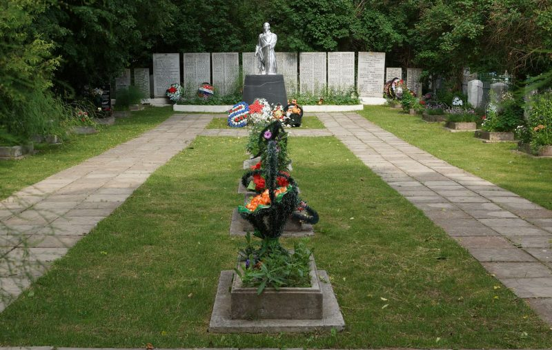 п. Бежаницы. Памятник, установленный на братской могиле советских воинов, погибших в 1944 году.