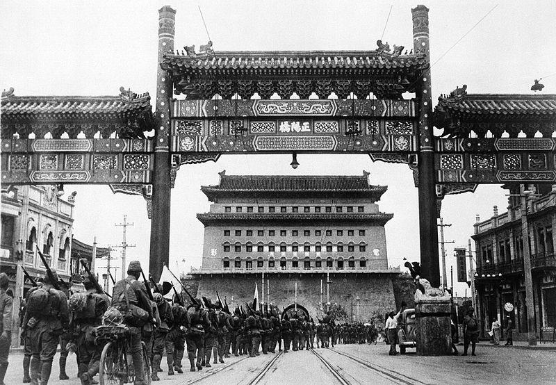 Японские войска входят в городские ворота Бэйпина (Пекина). 13 августа 1937 г.