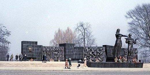 Общий вид памятника в 1980-е годы.
