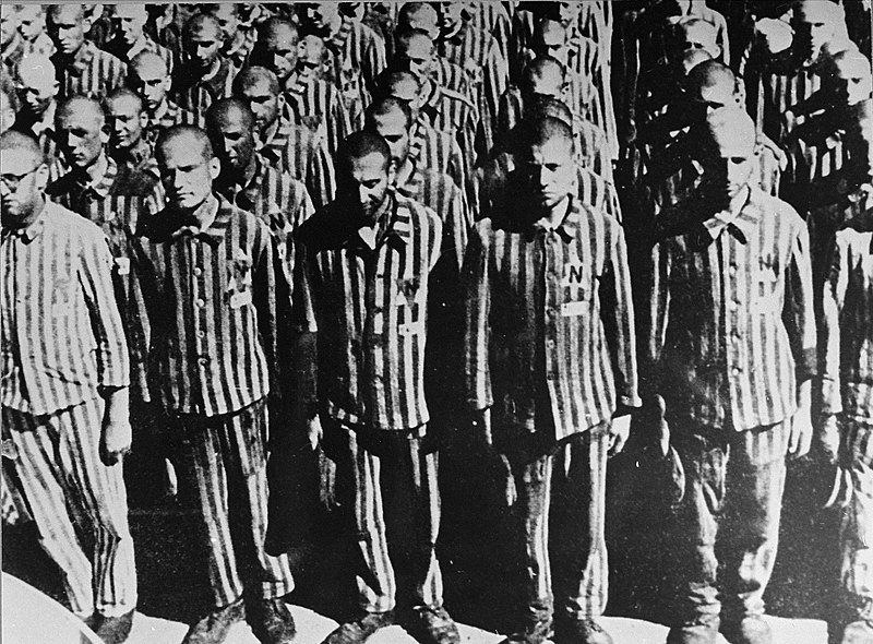 Голландские евреи стоят во время переклички после прибытия в лагерь. 28 февраля 1941 г.