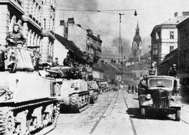 Советские войска на улице Брно.