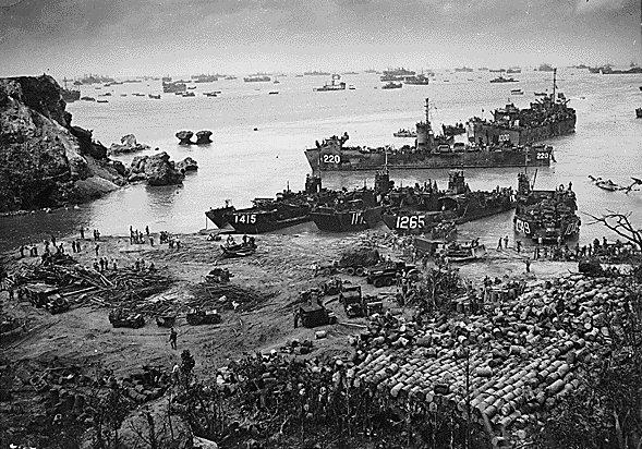 Высадка американских войск на Окинаву.