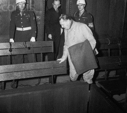 Герман Геринг на Нюрнбергском процессе. 1945 г.