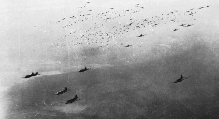 Транспортные самолеты C-47 сбрасывают десантников.