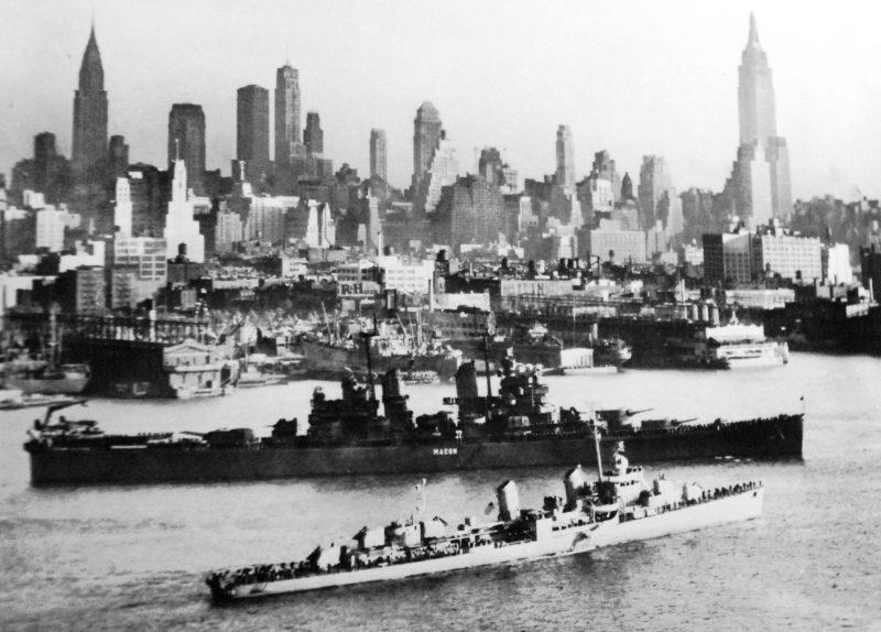 Корабли ВМФ США плывут по реке Гудзон во время Парада.