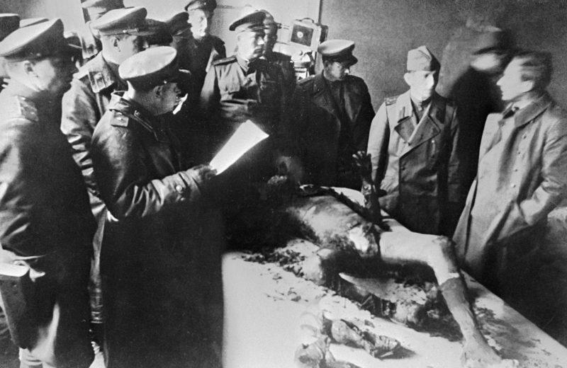 Военные медики идентифицируют труп Геббельса.