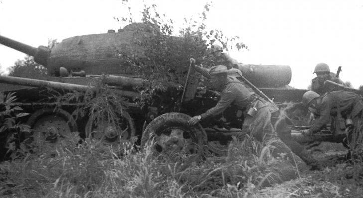 Расчет советской 76-мм пушки ЗиС-3 на Сахалине.