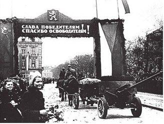 Жители Братиславы встречают освободителей.