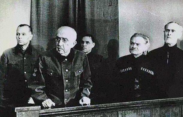 Судебный процесс на красновцами (15—16 января 1947 года). Первый ряд: П. Н. Краснов, А. Г. Шкуро, С. Клыч-Гирей. Второй ряд: Г. фон Паннвиц, С. Н. Краснов, Т. Н. Доманов.