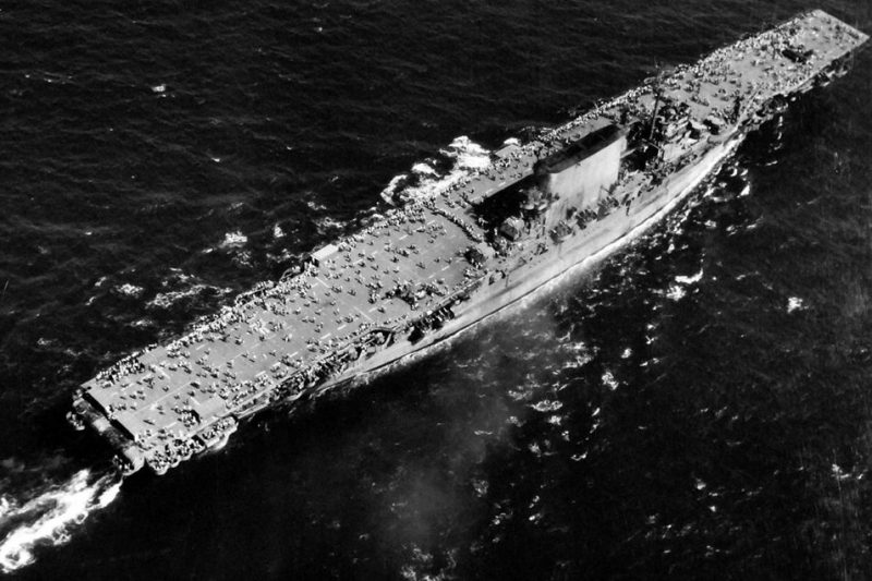 Авианосец «Саратога» с более чем 3500 солдатами на пути в США.