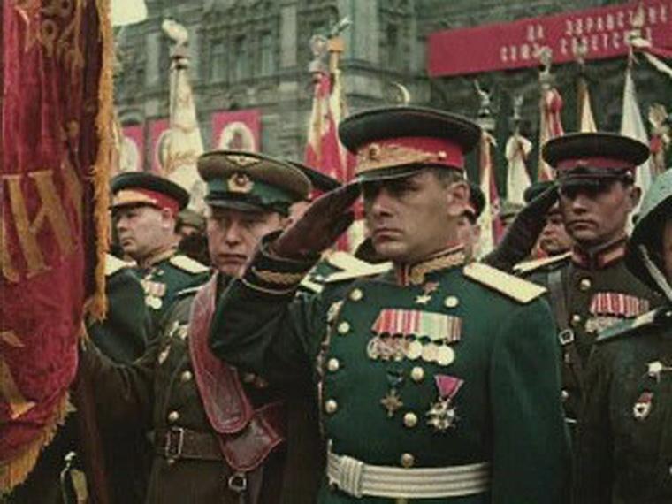 Участники парада в новой форме.