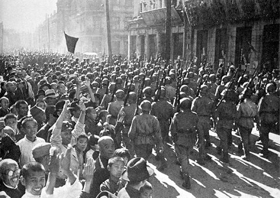 Войска Красной Амии вступают в освобождённый Харбин, 21 августа 1945 г.