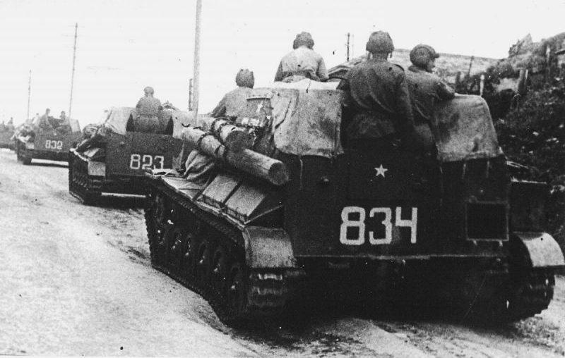 Советские САУ СУ-76М на марше в южном Сахалине.