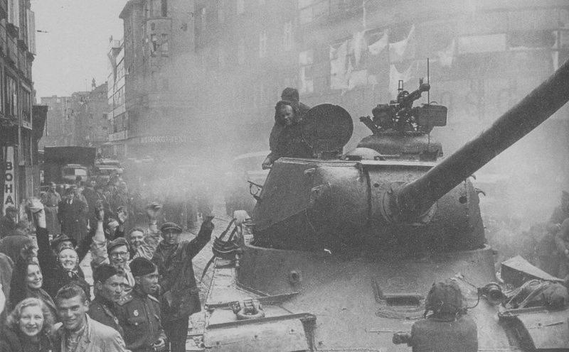 Танк ИС-2 на улице города Моравская Острава в Чехословакии.
