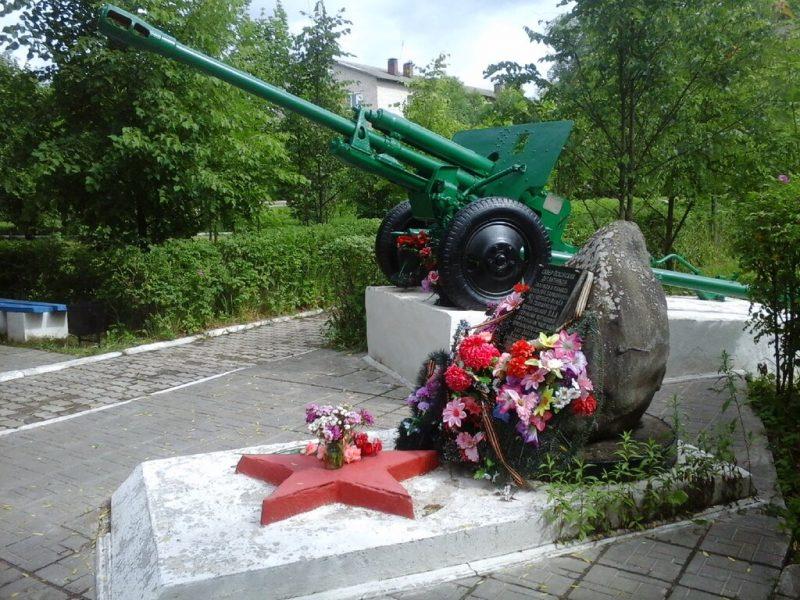 п. Бежаницы. Памятник- пушка псковским десантникам.