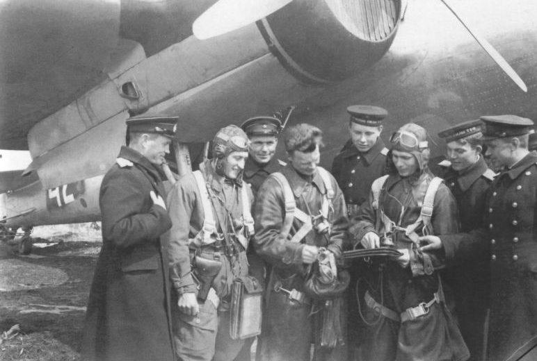 Экипаж бомбардировщика СБ-2 во время Южно-Сахалинской наступательной операции.
