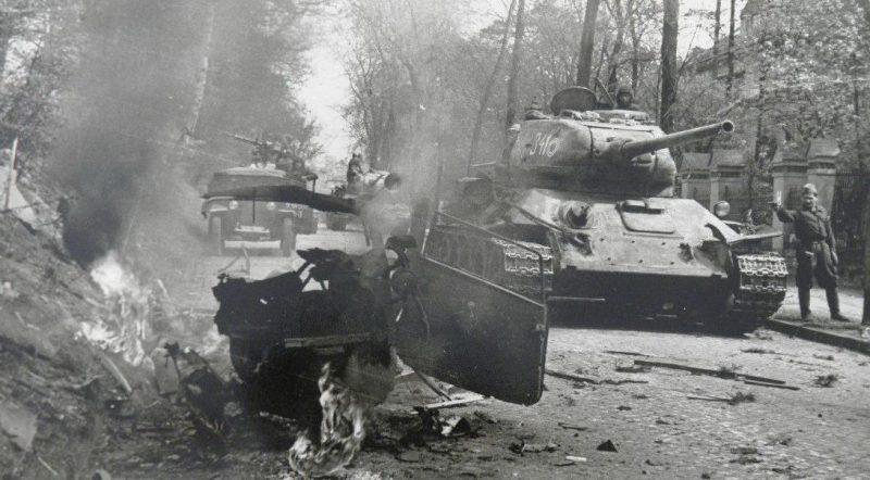 Советская бронетехника на улице Берлина.