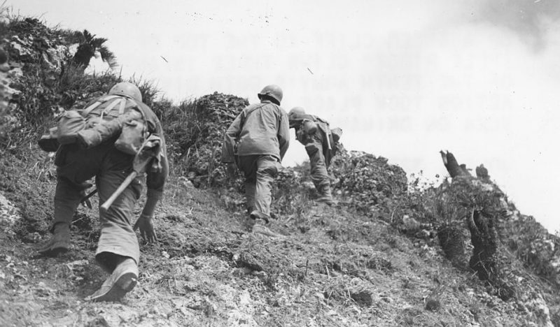 Американские солдаты в битве за Окинаву.
