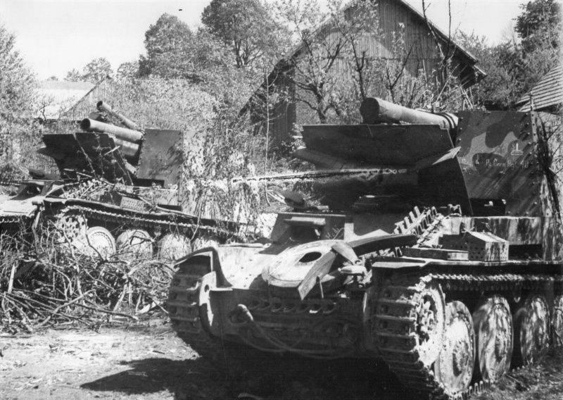 Брошенные в Чехословакии немецкие 150-мм САУ 17-й танковой дивизии.