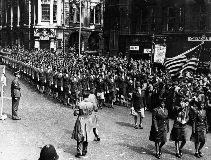 Парад Победы в Бирмингеме 13 мая 1945 года. На нем присутствовало более 100 тысяч горожан. Согласно воспоминаниям очевидцев, они залезали на деревья в церковном аду, крыши бомбоубежищ и остановки автобусов.