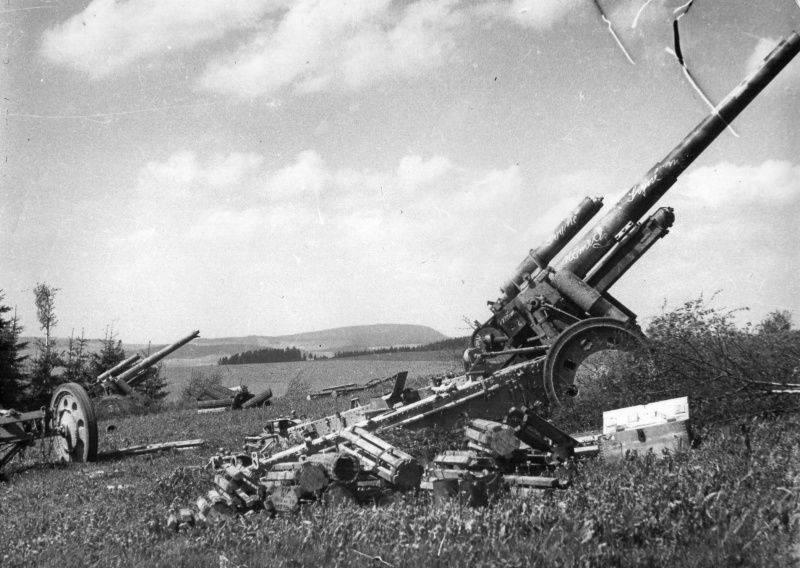 Брошенные на поле в Чехословакии немецкие 150-мм гаубицы sFH18.