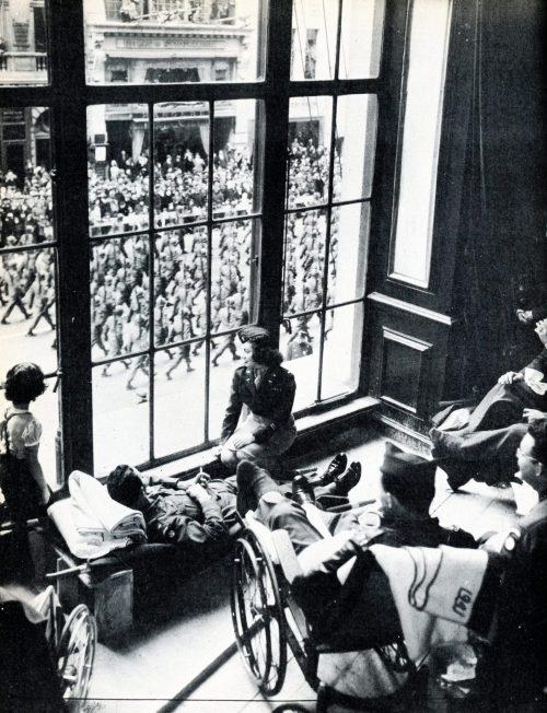 Выздоравливающие ветераны войны смотрят на Парад Победы.