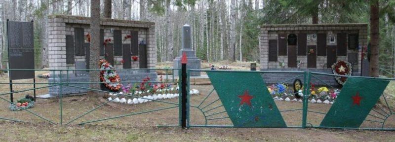 д. Грибово Бежаницкого р-на. Мемориал советским воинам и могила неизвестного солдата.