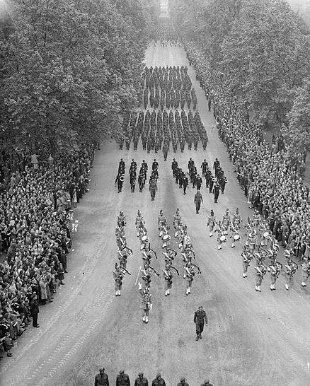 Полки индийской армии маршируют на Параде Победы.