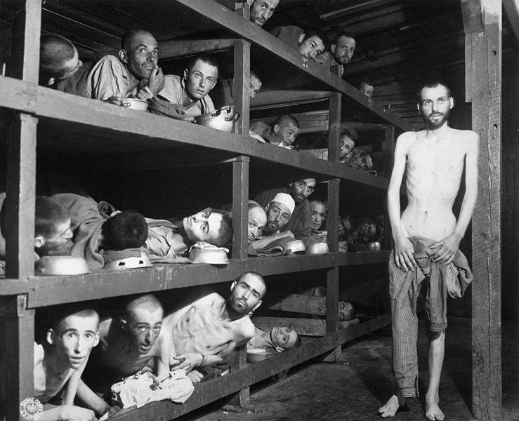Интерьер барака после освобождения. 16 апреля 1945 г.