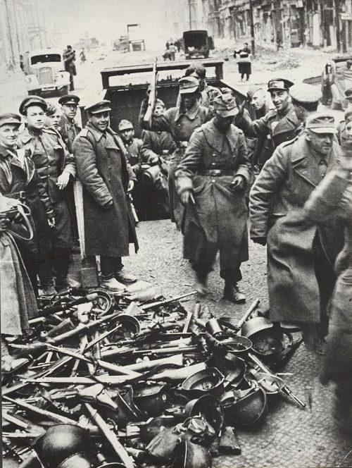 Капитулировавшие немцы сдают оружие.