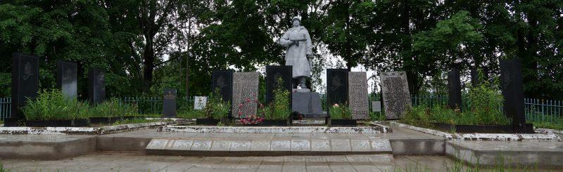 д. Дворцы Бежаницкого р-на. Памятник, установленный в 1955 году на братской могиле советских воинов.