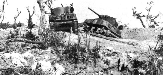 Американские танки «Шерман», подбитые огнём японской артиллерии.