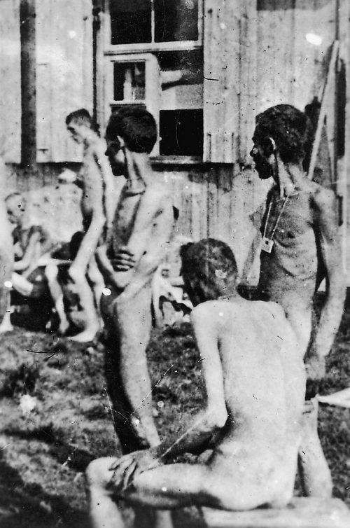 Узники, освобожденного лагеря.