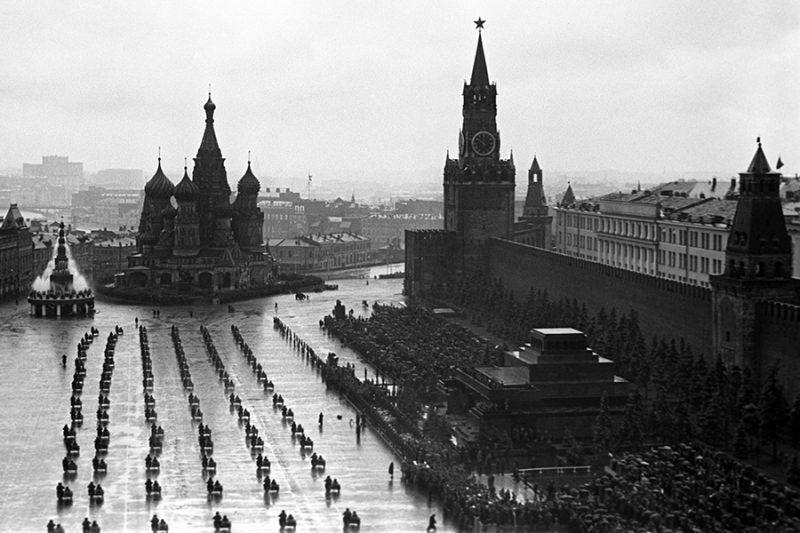 На Красной площади военные мотоциклисты.