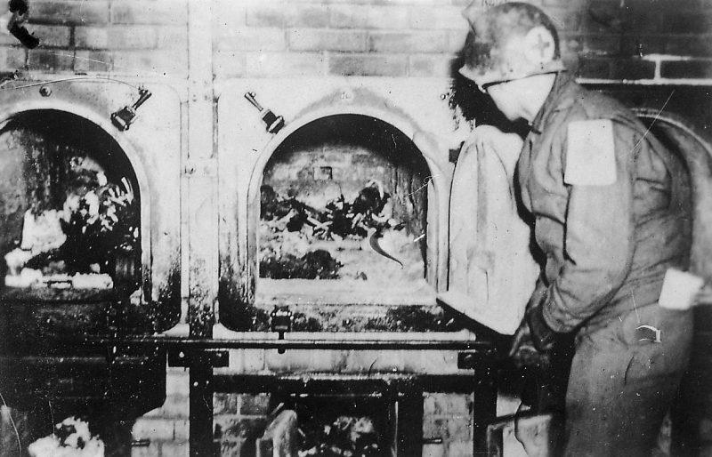 Печи крематория с остатками тел. 16 апреля 1945 г.