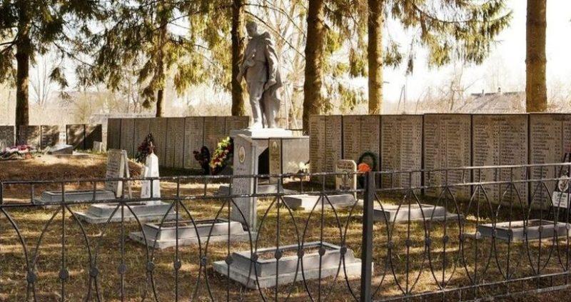 с. Кудеверь Бежаницкого р-на. Братские могилы советских воинов, погибших в 1944 году.