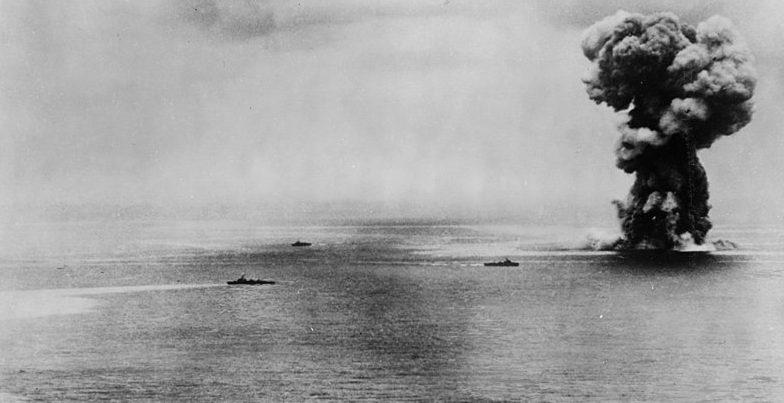 Линкор «Ямато» взрывается от повреждений, нанесённых ему налётами авиации США.