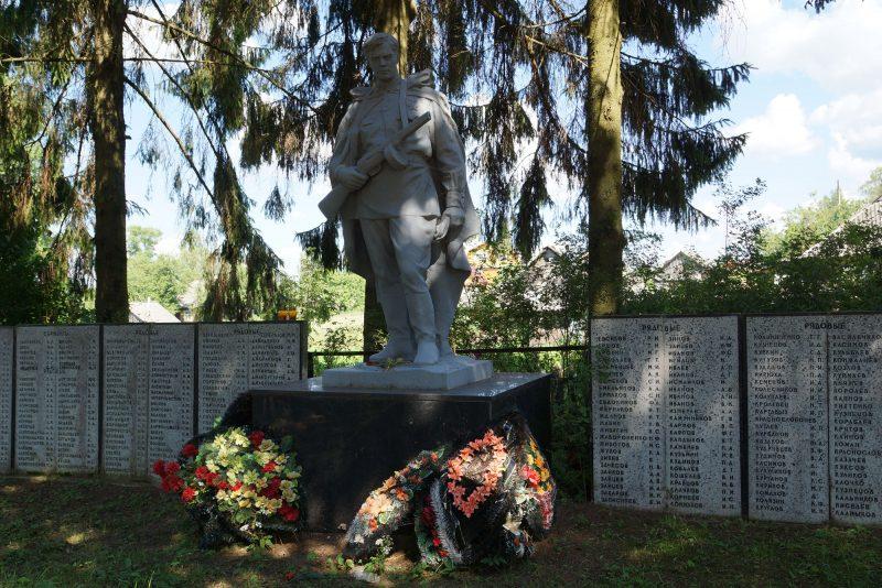 с. Кудеверь Бежаницкого р-на. Памятник, установленный в 1955 году на братской могиле советских воинов.
