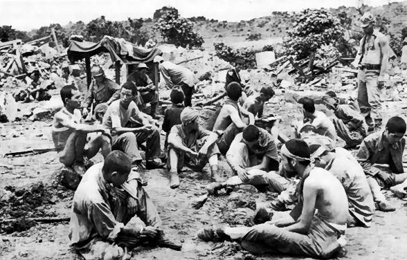 Японские солдаты, которые предпочли плен самоубийству, ждут допроса.